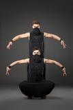 Dwa męskiego tancerza pozuje w ninja kostiumach na zmroku - szary backgroun Zdjęcia Stock