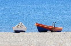 Dwa mała łódź rybacka na plaży Zdjęcie Royalty Free