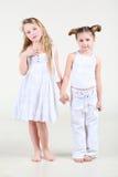 Dwa mała dziewczynka w biel ubrań stojaku Fotografia Royalty Free