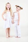 Dwa mała dziewczynka w biel ubrań stojaku Zdjęcia Royalty Free