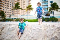 Dwa małe dziecko chłopiec biega na plaży ocean Obraz Royalty Free