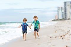 Dwa małe dziecko chłopiec biega na plaży ocean fotografia stock