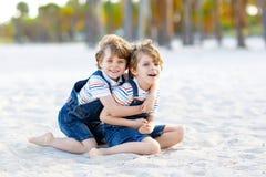 Dwa małe dziecko chłopiec ma zabawę na tropikalnej plaży zdjęcia royalty free