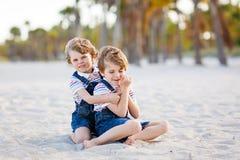 Dwa małe dziecko chłopiec ma zabawę na tropikalnej plaży fotografia stock