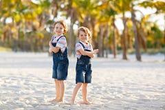 Dwa małe dziecko chłopiec ma zabawę na tropikalnej plaży obraz royalty free