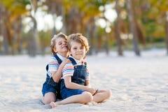 Dwa małe dziecko chłopiec ma zabawę na tropikalnej plaży fotografia royalty free