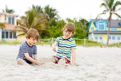 Dwa małe dziecko chłopiec ma zabawę na tropikalnej plaży zdjęcia stock
