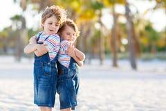 Dwa małe dziecko chłopiec ma zabawę na tropikalnej plaży zdjęcie stock