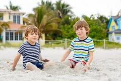 Dwa małe dziecko chłopiec ma zabawę na tropikalnej plaży obraz stock