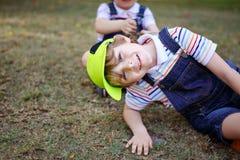 Dwa małe dziecko chłopiec ma zabawę w parku, szczęśliwi najlepszy przyjaciele bawić się, przyjaźni pojęcie Rodzeństwo bracia, bli obraz stock