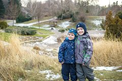 Dwa małe dziecko chłopiec, przyjaciele trzyma ręki i ściskać Uroczy rodzeństwa w jaskrawych kolorowych ubraniach Szczęśliwi dziec Obraz Stock