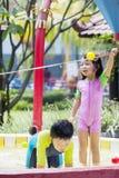 Dwa małego dziecka bawić się w pływackim basenie Obrazy Stock