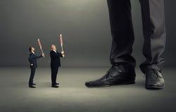 Dwa małego krzyczącego biznesmena Zdjęcia Stock