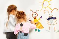 Dwa małego malarza rysuje przy ścianą Zdjęcia Royalty Free