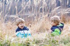 Dwa małego rodzeństwa dziecka walczy zabawę i ma Fotografia Royalty Free