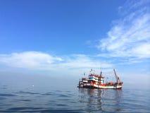 Dwa małej łodzi rybackiej cumowali po środku błękitnego turkusowego oceanu na pogodnym jasnym niebo dniu Obraz Royalty Free
