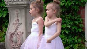 Dwa małej baleriny opowiadają przed baletniczym zajęciem na ganeczku szkoła zbiory