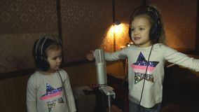 Dwa małej dziewczynki śpiewa w mikrofonie w hełmofonach zbiory wideo