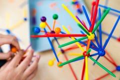 Dwa małej dziewczynki bawić się z udziałami kolorowy plastikowy kija ki Zdjęcia Royalty Free