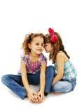 Dwa małej dziewczynki gawędzą obrazy stock