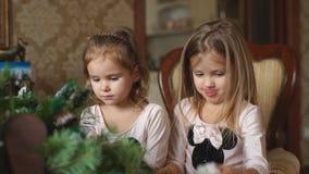 Dwa małej dziewczynki robią Bożenarodzeniowemu wiankowi zbiory wideo