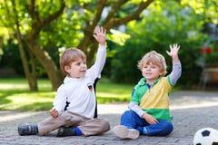 Dwa małej fan chłopiec przy jawnym viewing mecz futbolowy Zdjęcia Royalty Free