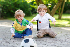 Dwa małej fan chłopiec przy jawnym viewing mecz futbolowy Zdjęcia Stock