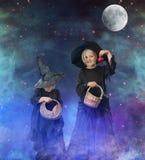 Dwa małej Halloween czarownicy przy nocą, z gwiazdami i księżyc Fotografia Royalty Free