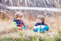 Dwa małej rodzeństwo chłopiec walczy zabawę i ma Obraz Royalty Free