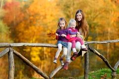 Dwa małej siostry i ich mama ma zabawę Obraz Royalty Free