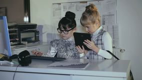 Dwa małej uczennicy radzi w biurowej używa pastylce 4K zbiory wideo
