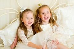 Dwa mały princess na łóżku zdjęcie stock