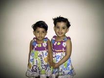 Dwa małych dziewczynek portret fotografia royalty free
