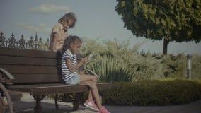Dwa małych dziewczynek uroczy networking z telefonem komórkowym zdjęcie wideo
