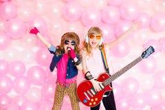 Dwa mała dziewczynka z mikrofonem Obrazy Royalty Free