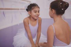 Dwa ma?ej baleriny opowiada po dancingowej lekcji zdjęcia royalty free