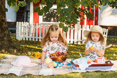 Dwa małej dziewczynki siedzi na zielonej trawie Obrazy Royalty Free