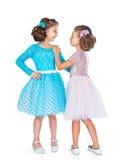 Dwa małej dziewczynki w jednakowych galanteryjnych sukniach Zdjęcia Royalty Free