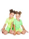 Dwa małej dziewczynki w jednakowym galanteryjnym stroju Fotografia Royalty Free