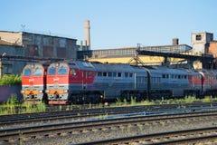 Dwa mainline frachtowa dieslowska lokomotywa 2TE116 dalej w lokomotorycznej zajezdni staci Rybinsk, Yaroslavl region Fotografia Stock