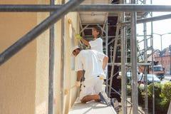 Dwa malarza pracuje należnie na szafocie zdjęcia royalty free