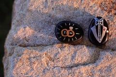Dwa malującej skały dla ślubu mówić Robię i tux Fotografia Stock