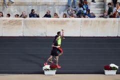 Dwa maratonu biegacza blisko mety obraz stock