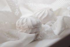Dwa marshmallows na biel koronki tkaninie Fotografia Royalty Free