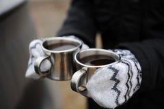 Dwa metal filiżanki z kawą w rękach w mitynki zakończeniu na samochodowym tle Browarniana kawa w na wolnym powietrzu Zdjęcia Royalty Free