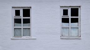 Dwa miasta okno z białymi zasłonami obrazy stock