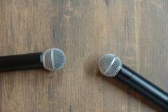 Dwa mikrofonu na stole Zdjęcia Stock