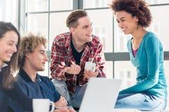 Dwa millennial ucznia ogląda wpólnie online śmiesznego wideo podczas przerwy obraz stock