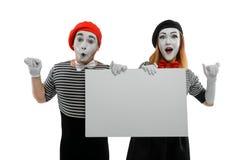 Dwa mima trzyma puste miejsce deskę zdjęcia royalty free