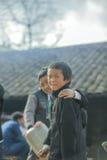 Dwa mniejszości etnicznej chłopiec ono uśmiecha się, przy starym Dong Van rynkiem Zdjęcie Royalty Free